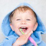 niño cepillando los dientes