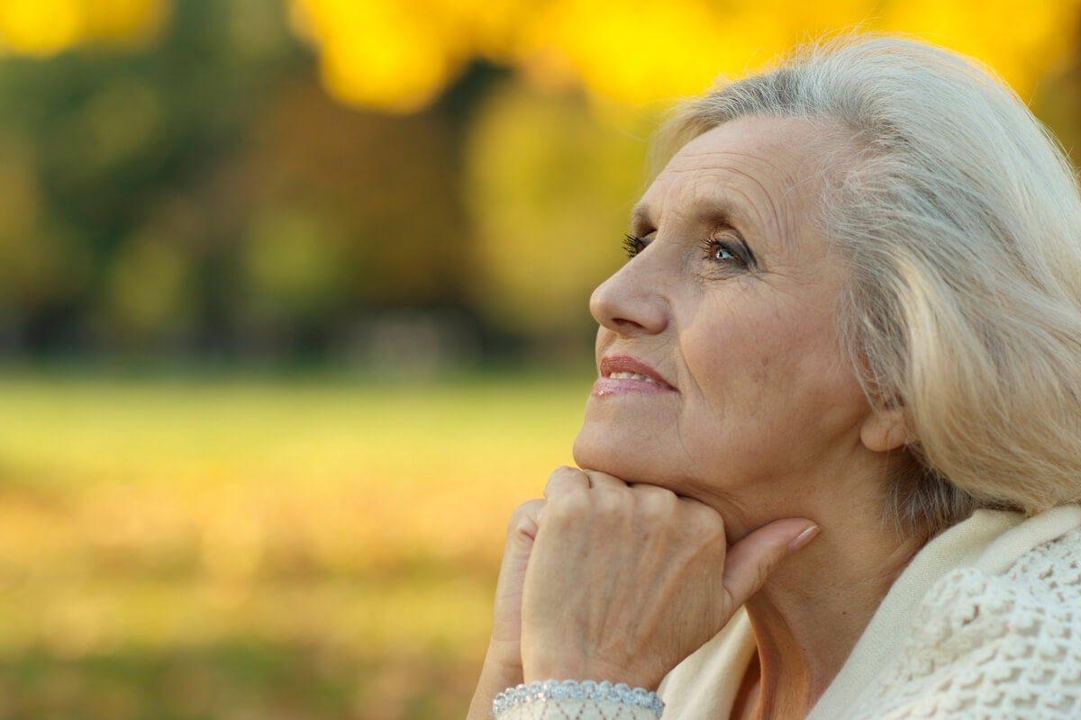 mujer-mayor-pensando-1200x800.jpg